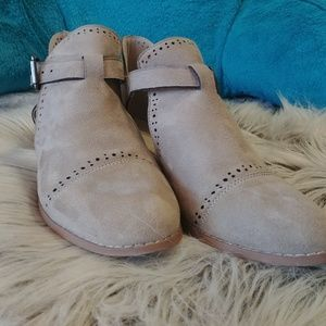 Journee Collection Shoes - Super cute tan booties